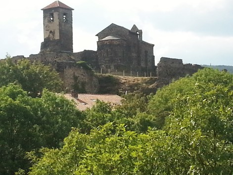 Une fois encore, le site du château de Saint-Ilpize sera choyé par des jeunes venus du monde entier...