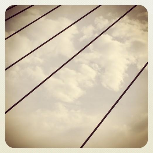 Les haubans, câbles assurant le maintien du pont