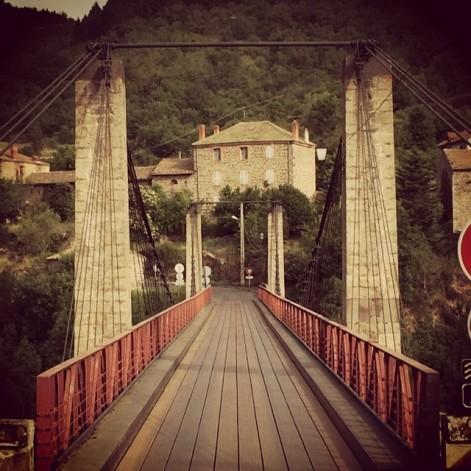 Le pont en arrivant de Saint-Ilpize