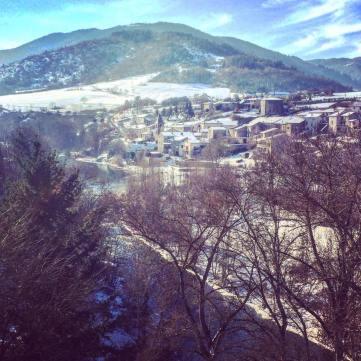 Villeneuve sous la neige et le soleil d'hiver vu du pont