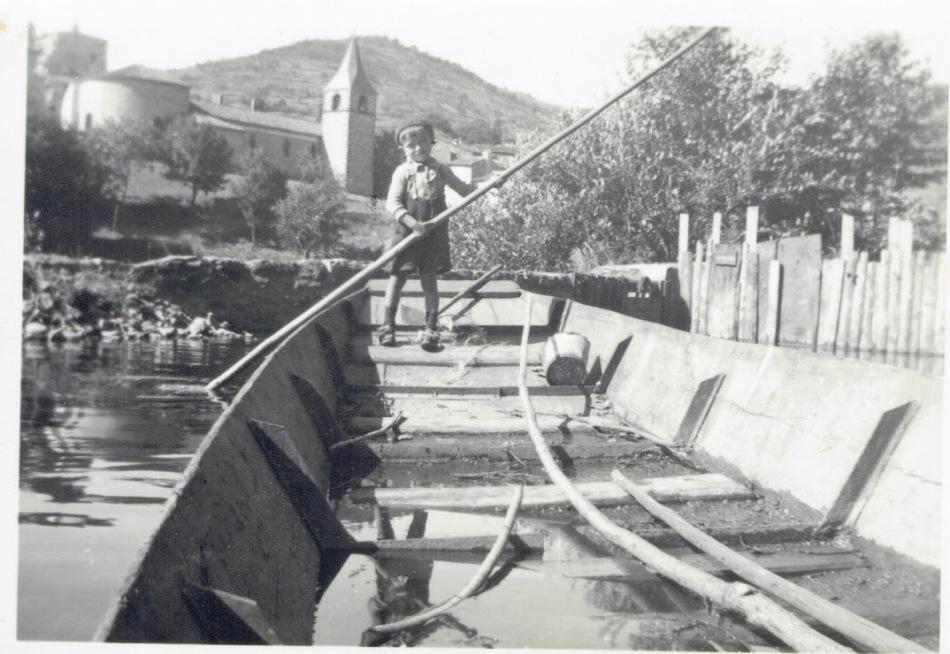 1 Yvon PASTOUREL sur la barque du moulin de Saint Ilpize